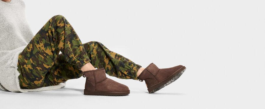 https://www.ugg.com/jp/classic-mini-ii/1016222.html?dwvar_1016222_color=BLK#start=19&cgid=women-footwear