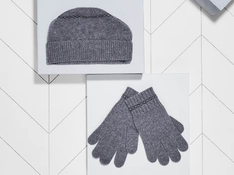 Men's hat and gloves.