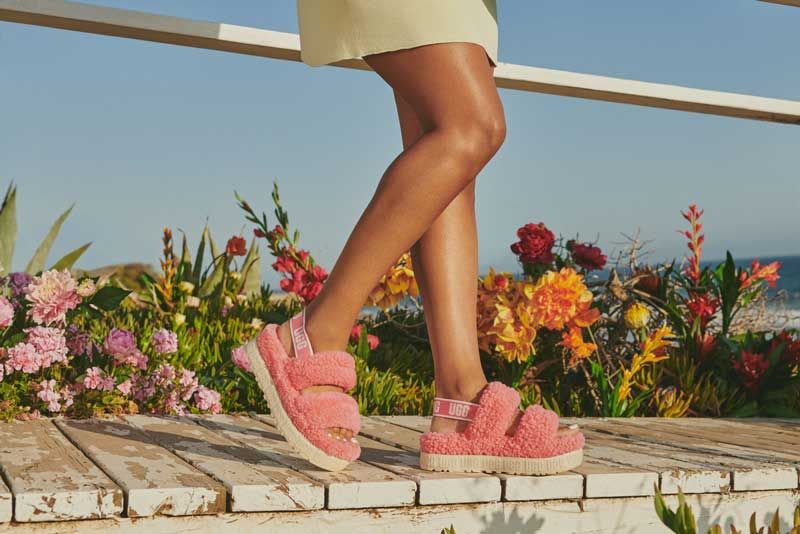 Model in the Oh Fluffita sandals in pink.